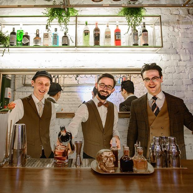 Теперь с туалетом, коктейлями и новым интерьером: На проспекте открылся коктейльный бар Kew London — Новое место на The Village Беларусь