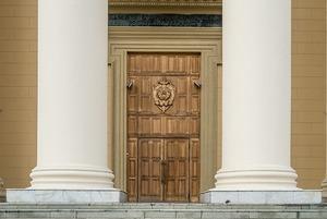 Вместо пластикового новодела: Где в Минске сохранились красивые винтажные двери