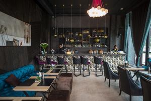 Шампанское за 3900 рублей и «танцующие девушки» в окнах: На Зыбицкой появился бар Mama Stiflera