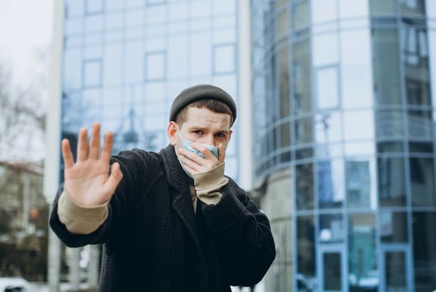 Закрывать здоровых людей в больнице на 14 дней из-за подозрений на коронавирус — это законно?