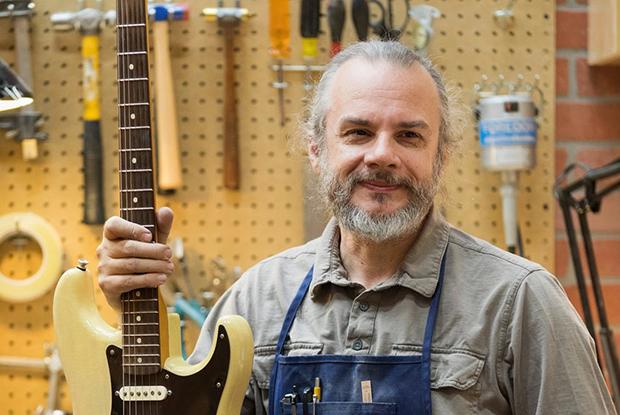 «Я приехал в США без денег и языка»: Беларус, который делает в штатах гитары за $12 тысяч  — Інтэрв'ю на The Village Беларусь