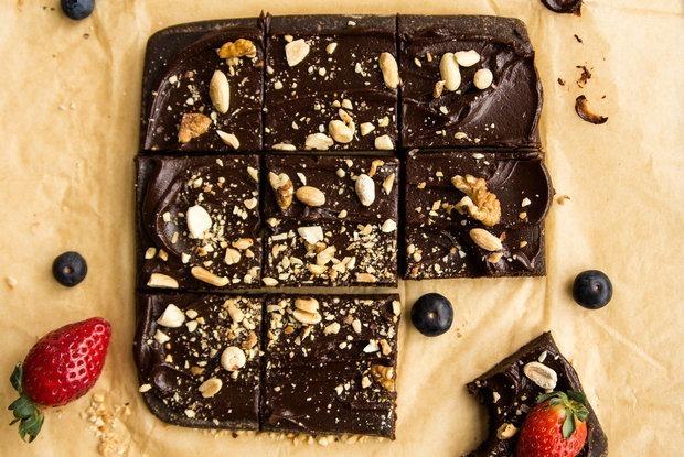 Есть полезную еду, но не тратить на нее время: Как сделать брауни без сахара и выпечки