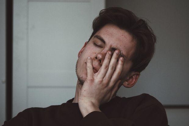 «Привычка, которая вас убьет»: Почему мы трогаем лицо руками и чем можно из-за этого заболеть — Карысная звычка на The Village Беларусь