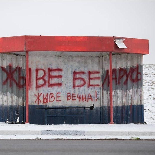 «ЖЭС проиграл»: Посмотрите, как коммунальщики пытаются уничтожить БЧБ-символы, а они возникают вновь — Дзяжурны па горадзе на The Village Беларусь