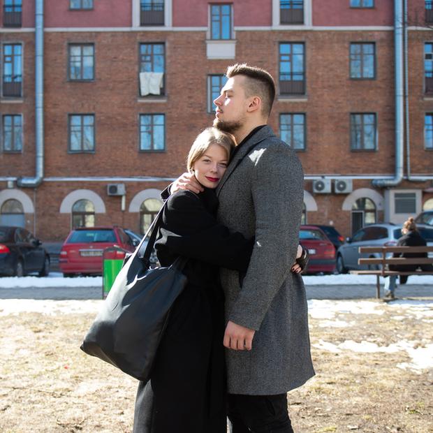 «Сначала думала, что он тихарь»: Девушка с легендарного фото с ОМОНом встретила любовь на протестах — Героі ў горадзе на The Village Беларусь