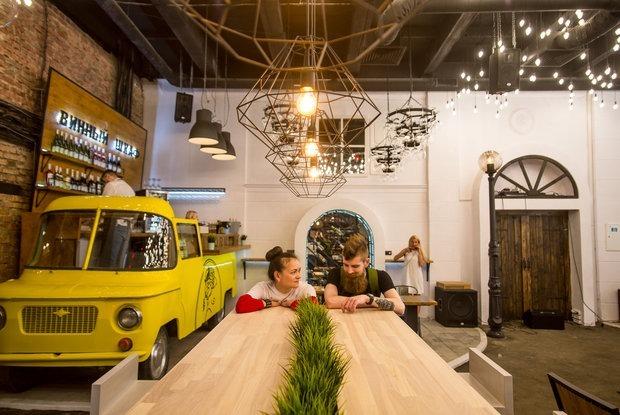 В бывшем помещении «Горизонта» открылось пространство «ГАСТРОДВОР» с азиатской кухней, вином и кофе