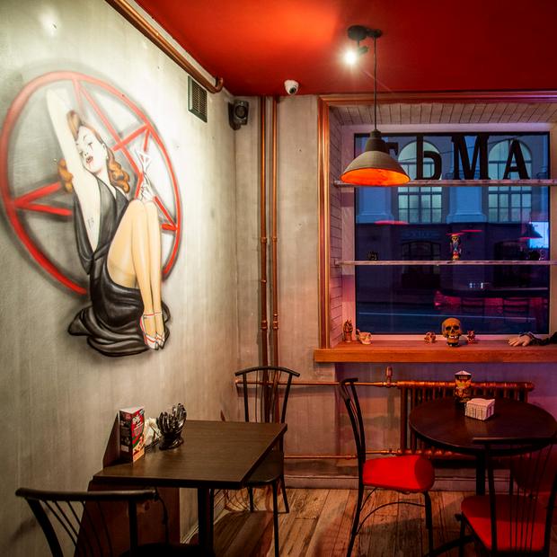 «Соседство с КГБ нас радует»: На месте, где закрылось уже три заведения, появился бар — Новае месца на The Village Беларусь