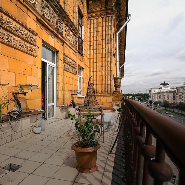 Я живу в сталинке, где на балкон надо вылезать из окна