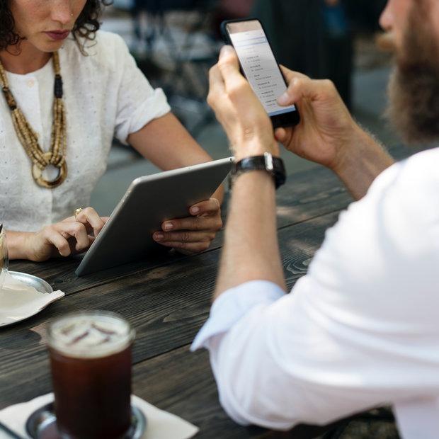 В какой руке можно держать смартфон во время обеда?