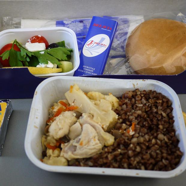 От чего зависит еда в самолетах «Белавиа»: Почему на одних рейсах горячее, а на других — бутерброд