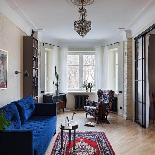 «Ремонт в сталинке — это всегда дорого и сложно»: Квартира с винтажной мебелью и тысячей книг — Кватэра тыдня на The Village Беларусь