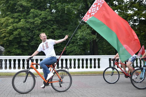 «Я вызову милицию»: Как беларусы поставили в тупик депутата, показавшего «фак» противникам Лукашенко — Што робiцца на The Village Беларусь