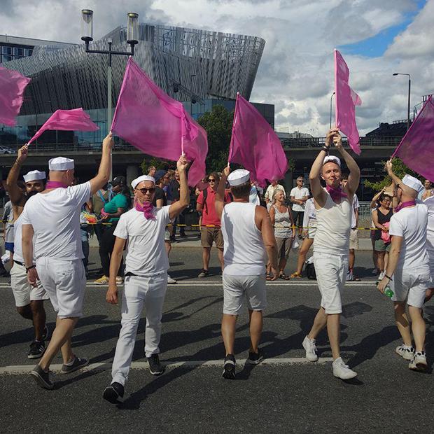 «О Господи! Да всем давно нас*ать!»: Как беларус пытался нарваться на гомофобов на гей-параде — Як у іх на The Village Беларусь
