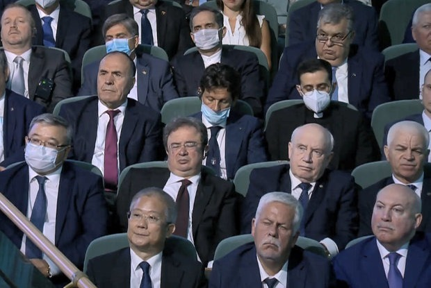 Успели заскучать: С какими лицами чиновники слушали послание Лукашенко народу