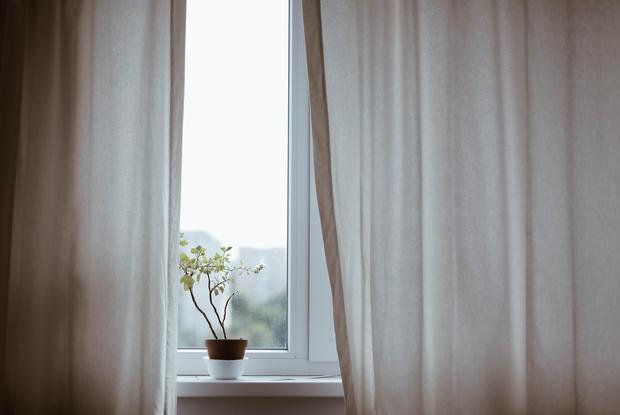 «Дома всегда должно быть открыто хотя бы одно окно»: Почему необходимо проветривать чаще — Карысная звычка на The Village Беларусь