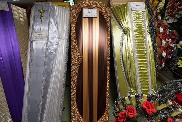 «Один парень просился полежать в гробу»: Продавец из ритуального магазина рассказала про свою работу — Трэд на The Village Беларусь