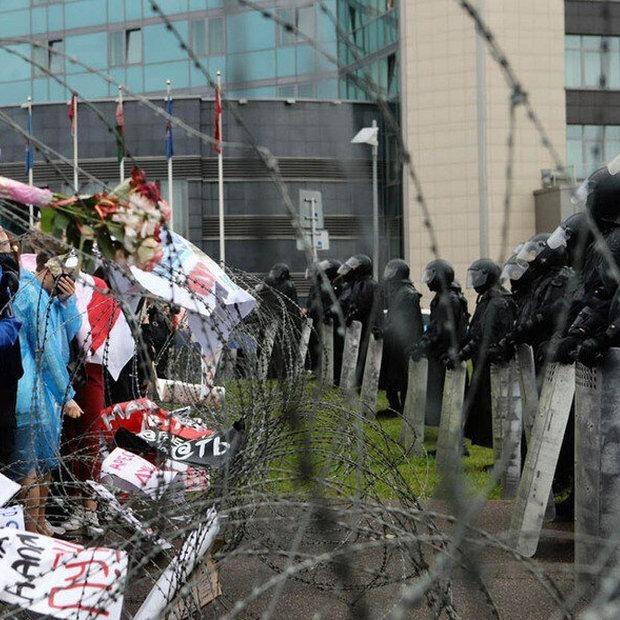 Сотни тысяч мирных демонстрантов и беспредел «тихарей» в штатском: Как прошел Марш единства в Минске — Дзяжурны па горадзе на The Village Беларусь