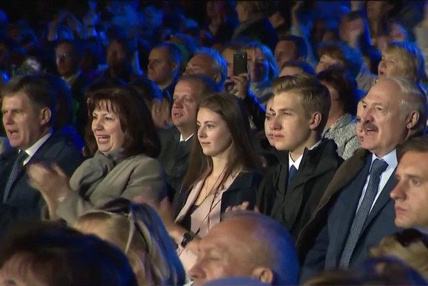 Что за девушка рядом с Колей Лукашенко на празднике — Рэакцыя на The Village Беларусь