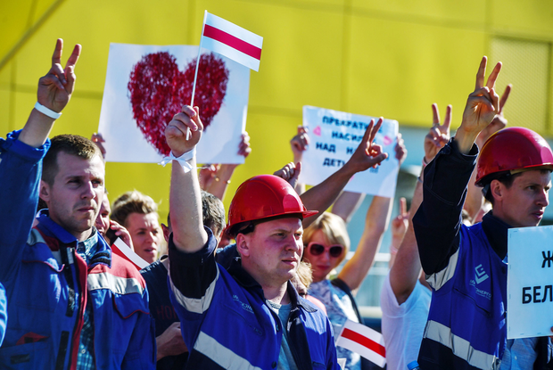«Ужасная атмосфера»: Как на заводах пугают рабочих, чтобы прекратить забастовку, но она разрастается — Што робiцца на The Village Беларусь