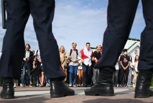 «Это вам не за дедами 30+ бегать»: Как соцсети смеются, что беларуские студенты сегодня сделали ОМОН