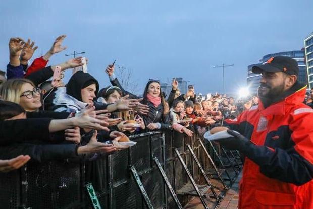 «Почему не с лопаты»: Как соцсети смеются над тем, как Тимати бесплатно раздавал бургеры в Минске — Рэакцыя на The Village Беларусь