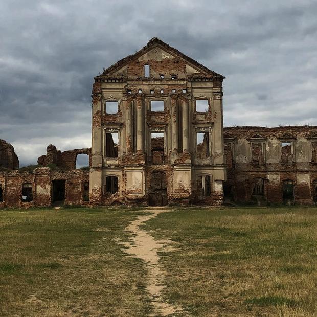 «Одни из величайших руин Европы находятся в Беларуси»: Американский журнал съездил в Ружанский замок — Пераклады на The Village Беларусь