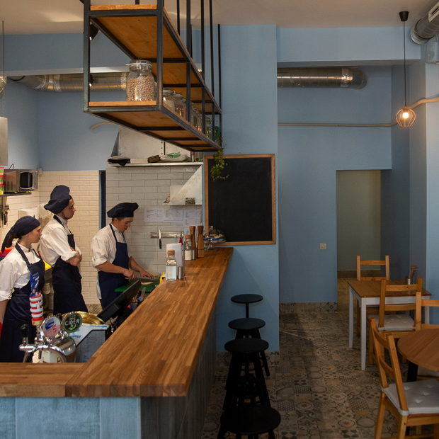 Минчанка начинала помощником официанта, а сегодня открыла свое кафе Cimes с израильской уличной едой — Новае месца на The Village Беларусь