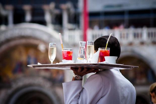 Можно ли не оставлять чаевые? Отвечают рестораторы и работники заведений — Ёсць пытанне на The Village Беларусь