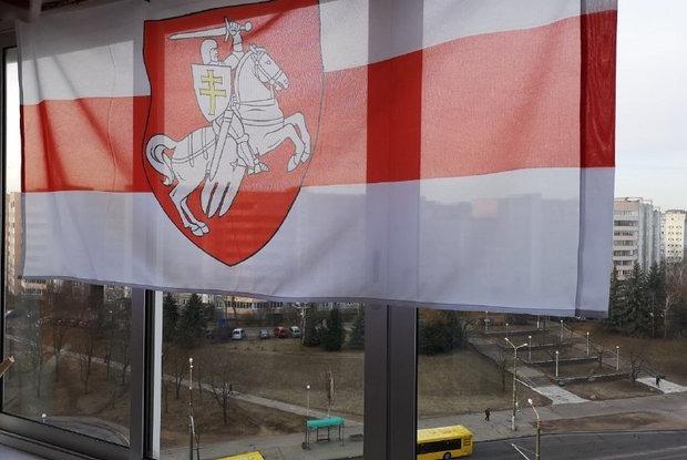 Беларусы начали вывешивать бело-красно-белые флаги у себя в окнах: Фото — Дзяжурны па горадзе на The Village Беларусь