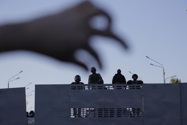 «Перестали здороваться»: Экс-военный о том, как сами силовики относятся к тем, кто бьет протестующих