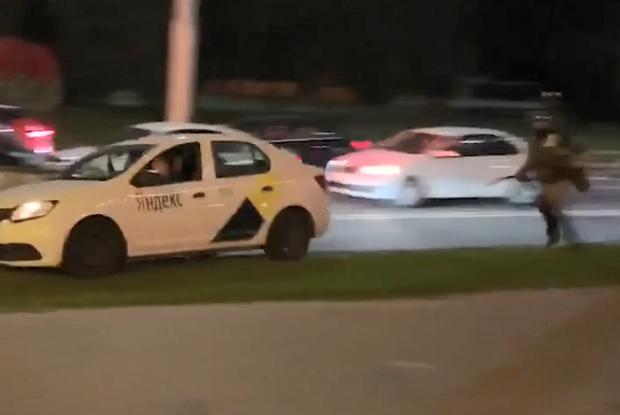 «Это Беларусь, он точно мертв»: Как весь мир в восторге от таксиста, спасшего беларуса от силовиков  — Рэакцыя на The Village Беларусь
