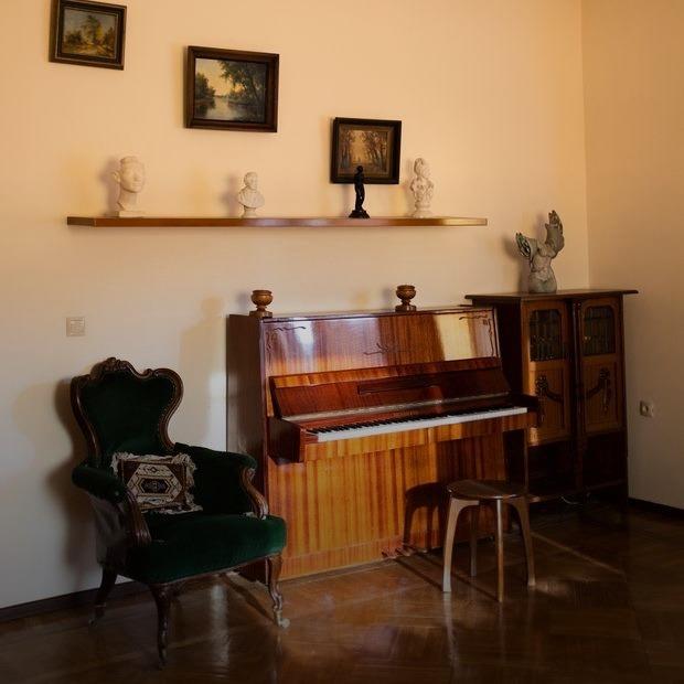 Квартира «Мессира Вампирской Ложи Беларуси» без окон и кухни, но с креслом, где сидели знаменитости  — Кватэра тыдня на The Village Беларусь