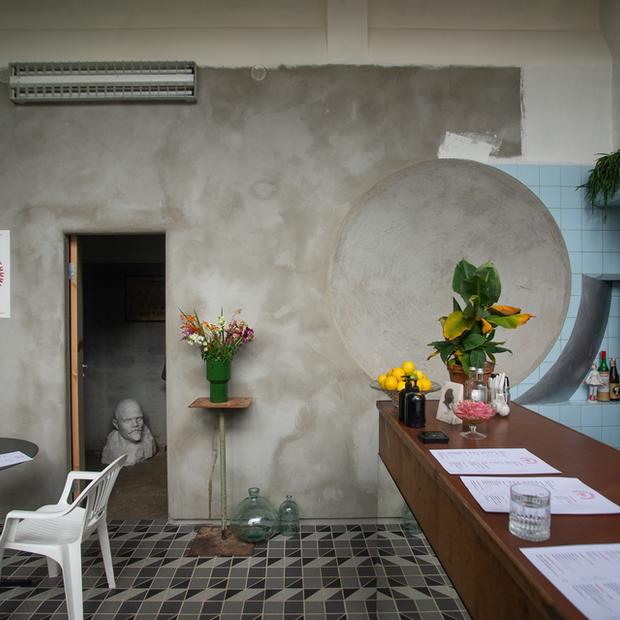 «А когда стены покрасите?»: На Октябрьской открылся классный бар «Бедный родственник» — Новае месца на The Village Беларусь
