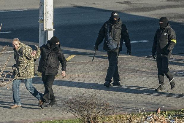 Силовики падают на бегу и получают «лещей»: Как прошел 120-й день мирных протестов в Минске — Што робiцца на The Village Беларусь