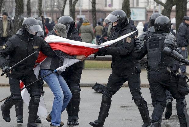 «Были повреждены половые органы»: Врачи, которые за границей лечат беларусов после насилия ОМОНа