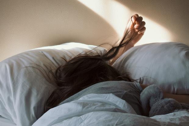 «Лучше позавтракать»: Почему нельзя брать телефон в руки, едва проснувшись