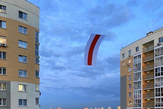 «Всю ночь во дворе тихари придумывали, как снять флаг»: Как один минский двор борется с силовиками