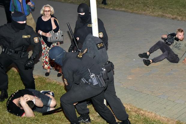 «ОМОН бьет, потому что желает добра»: Почему силовики не чувствуют вины, когда пытают беларусов — Меркаванне на The Village Беларусь