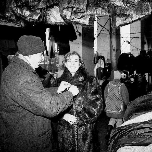 «Стоишь на размокшей картонке и примеряешь»: Минчане вспоминают, как одевались на рынке «Динамо»