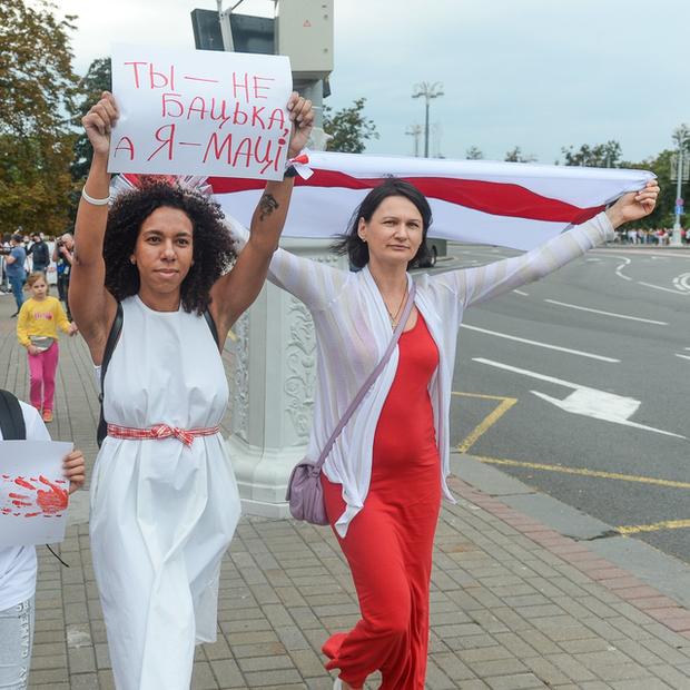«Следственный комитет больше не возбуждает»: Как тысячи смелых беларусок маршировали в центре Минска — Дзяжурны па горадзе на The Village Беларусь