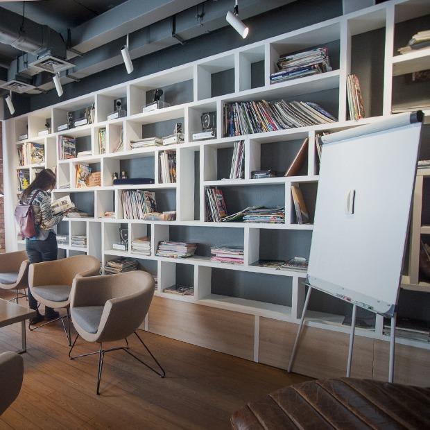 Курилка как в джаз-клубе и массажные кресла: Как выглядит офис Wargaming в Минске