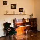 Квартира «Мессира Вампирской Ложи Беларуси» без окон и кухни, но с креслом, где сидели знаменитости