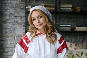 «Некоторых пришлось снимать за границей»: Известные беларуски снялись в красивой национальной одежде