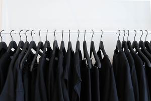 «Правило трех стопок»: Как грамотно разобрать гардероб и достать летние вещи