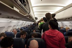 «Это глупость»: Зачем люди стоят в проходе самолета после его посадки?