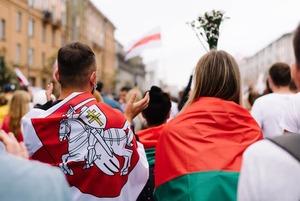 «Я не могу это развидеть»: Иностранец попросил объяснить, чем отличается красно-зеленый флаг от БЧБ