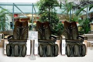 «Ролики не попадали в нужное место на теле»: Полезны ли массажные кресла в ТЦ