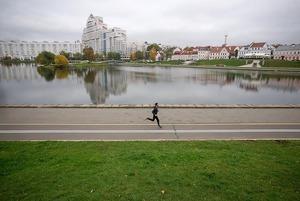Взорванная взлетная полоса и скандальный ресторан: Что видно на новых снимках Минска со спутника