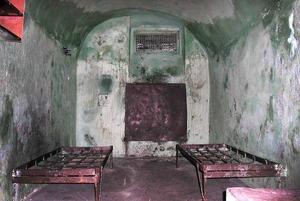 «Туалет прямо напротив глазка надзирателя»: Как выглядят камеры, куда беларусов отправляют на сутки
