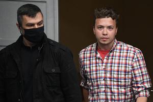 «Какой ад»: Что беларусы пишут Роману Протасевичу, который ведет твиттер под домашним арестом